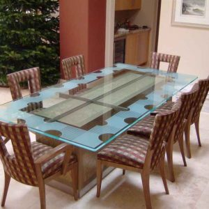 شیشه روی میز چوبی