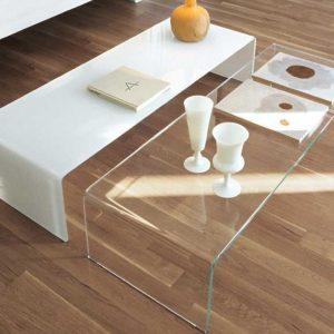 شیشه روی میز جلو مبلی