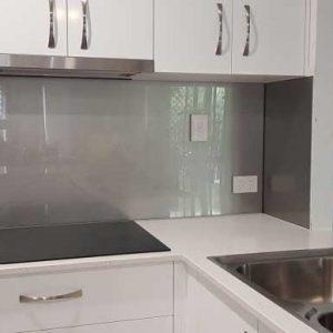 شیشه بین کابینت آشپزخانه